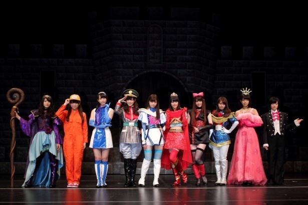 公演前の記者会見に登場した10人の代表メンバーは、それぞれ着ている衣装の役の代表的なポーズでフォトセッションに臨む