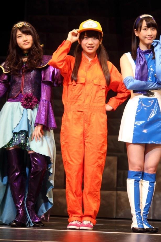 ガソリンスタンド店員の衣装を着た秋元真夏(中央)は、1幕でマキア役に立候補するも高山一実に敗れ、残念ながらこの日の2幕への出演はならず