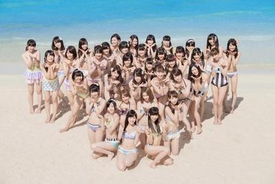 5/21に発売された、AKB48の36thシングル「ラブラドール・レトリバー」。そのMV撮影ではまゆゆもカラフルな水着を着用している