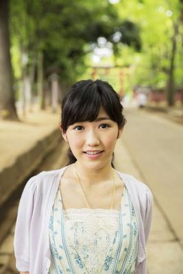 約2kmもある武蔵一宮 氷川神社の参道をのんびりと歩くまゆゆ。「『埼玉Walker 2014夏』の撮影で地元にやって来ました。氷川神社って落ち着きますね~」