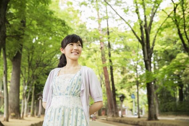 【写真を見る】開放的な気分になり、大人の表情を見せるまゆゆ。ケヤキ並木に囲まれた氷川神社の参道で緑に癒される!「初夏の香りがします」