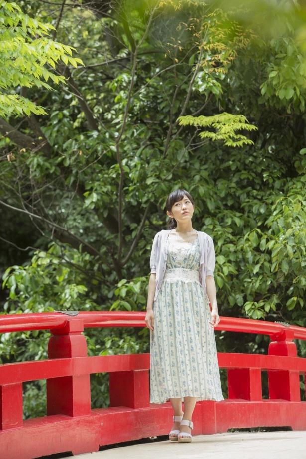 境内中央にある神池に架けられた橋。「日常を忘れてしまいそうなくらい、のんびりとした時間が流れています」