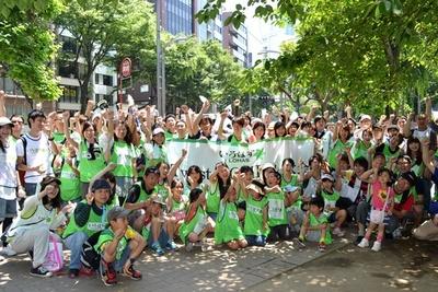 多数の参加者が集まり、第1回「い・ろ・は・す Twist GOMI 拾い大会」が開催された