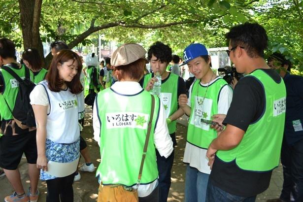 ゴミ収集のコースについて相談する参加者たち