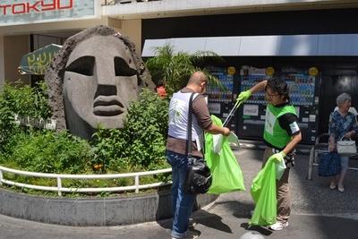 モヤイ像周辺でもゴミを回収