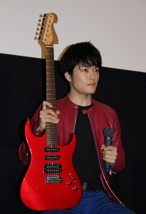 【写真を見る】真っ赤なギターを抱えた入江甚儀