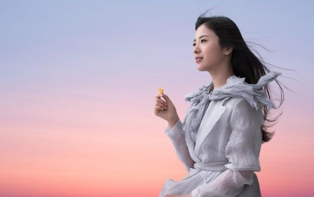 マジックアワーの空の中でチーザを手にする吉高由里子