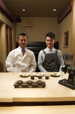 【写真を見る】和食界の若手筆頭格、「割烹 くろぎ」店主の黒木氏(左)と、スペシャルティコーヒー専門店「猿田彦珈琲」のバリスタ・大塚氏(右)