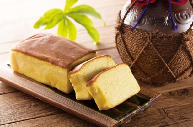 「泡盛 酒ケーキ」(1150円、お取り寄せ商品)。ケーキ生地を焼き上げて泡盛シロップを含ませたお酒のケーキ