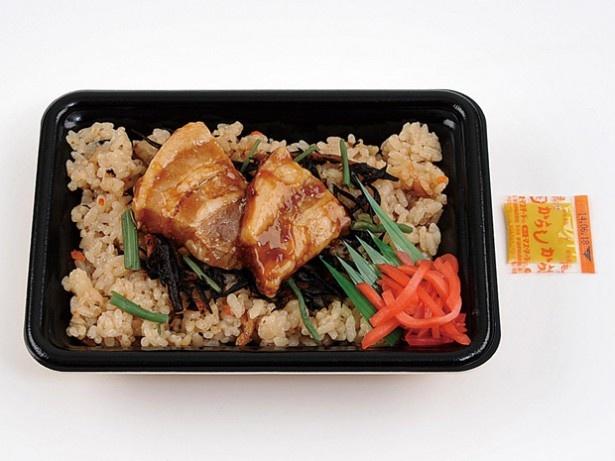 沖縄の家庭料理「じゅーしー」に豚角煮をのせた 「沖縄じゅーしーと豚角煮」(340円)。じゅーしーは、ひじきと豚ミンチ炒めを混ぜ、昆布ダシで炊いた料理