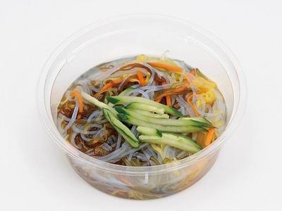 沖縄県産のもずく、野菜、春雨がおいしい 「沖縄県産もずくのつるるん春雨サラダ」(248円)。五穀酢やショウガでさっぱりと仕上げつつ、カツオダシで深い味わいに