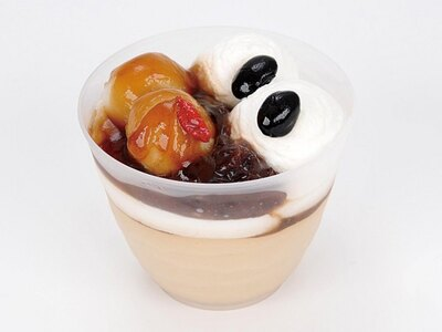 「黒みつクリームパフェ~沖縄県産黒糖使用~」(230円、東北の店舗のみ6月4日~発売)。 黒糖ムース、白玉、小倉あん、クリーム、黒糖みつソースをトッピングした和パフェ