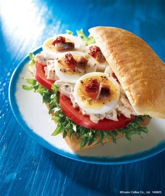 【写真を見る】フォカッチャとサラダの具材を合わせたフォカッチャ「ニース風」は、爽やかな味わいなので初夏にお勧めのサンド