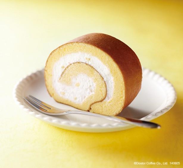 スフレロール レモンは、レモンの風味のクリームをスフレ生地で巻き上げたロールケーキ