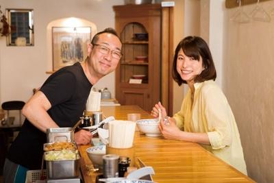 「とんぴととりの光龍益」の店主・貴志亮滋さんと上原多香子さん。