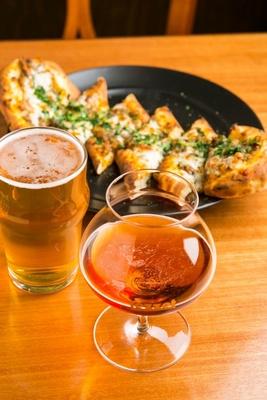 Lezzet Craftbeer & Food Experience Barのビール。奥のピザも絶品