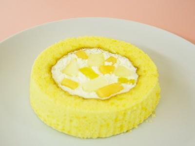 ミックスフルーツをトッピングした「プレミアムロールケーキ」(税込154円)。甘いクリームにフルーツの酸味が王道の味わい