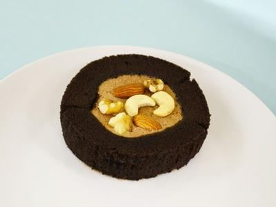 ナッツ3種類をトッピングした「プレミアム・チョコロールケーキ」(税込164円)