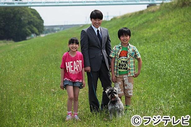 【写真を見る】阿部演じる護は、薫(芦田)と友樹(鈴木)の将来のために二人を母親の元へそろそろ帰さなければならないのではと思い悩む