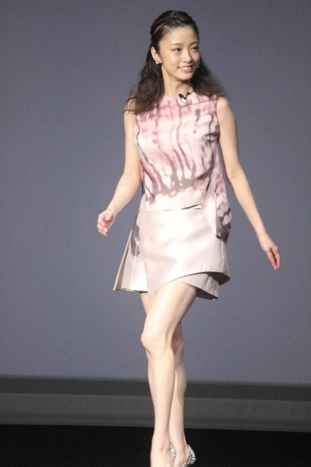 ゲストとしてミニスカ美脚でステージに登場した上戸彩