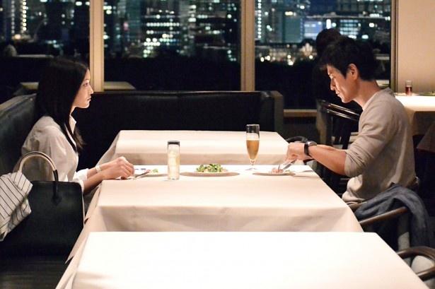 三田村(沢村一樹)についての暴露本の件で話を進める杏子(黒木メイサ)と三田村