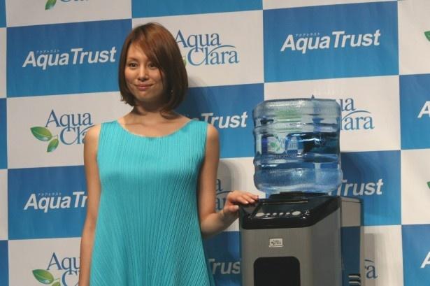 アクアクララの新ウオーターサーバー「アクアトラスト」の新CM発表会に登場した米倉涼子