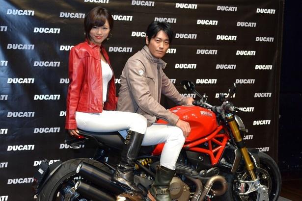 クールなライダージャケット姿で登壇した釈由美子さんと永井大さん