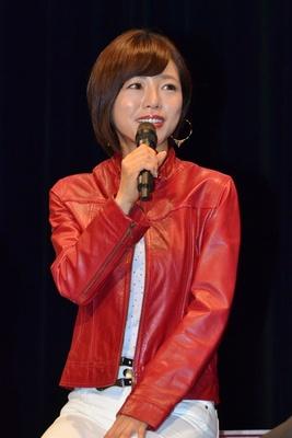 赤いジャケットを着こなして登壇した釈由美子さん