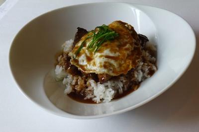 【写真を見る】ハワイの定番料理「ロコモコ」(1600円)。180gのショートリブが豪快にのっている。柔らかく煮込んだ塊肉と自家製デミグラスソースがマッチ