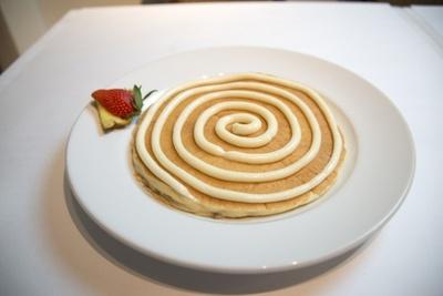 「シナモンロールパンケーキ」(1500円)。生地の食感を一番楽しめるのはコレ!グルグルとトッピングされた渦巻状のソースは、クリームチーズがベース