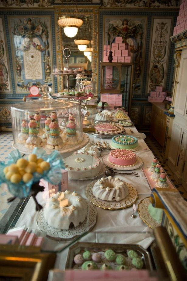 今回再現された「コーティザン・オウ・ショコラ」をはじめ、色とりどりのスイーツが「MENDL'S」の店内を彩る。