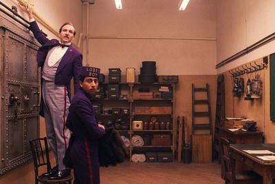 マダムの夜の相手も辞さない伝説のホテルコンシェルジュ、グスタヴ・H(レイフ・ファインズ)とその愛弟子ゼロ(トニー・レヴォロリ)を中心に物語が展開
