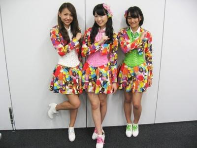 新曲「花道!!ア~ンビシャス」のカラフルな衣装!