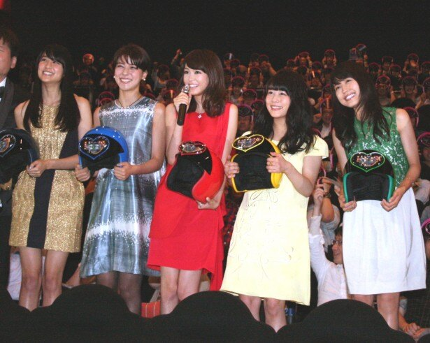【写真を見る】自身が演じた役の色をイメージしたドレスで登場した5人