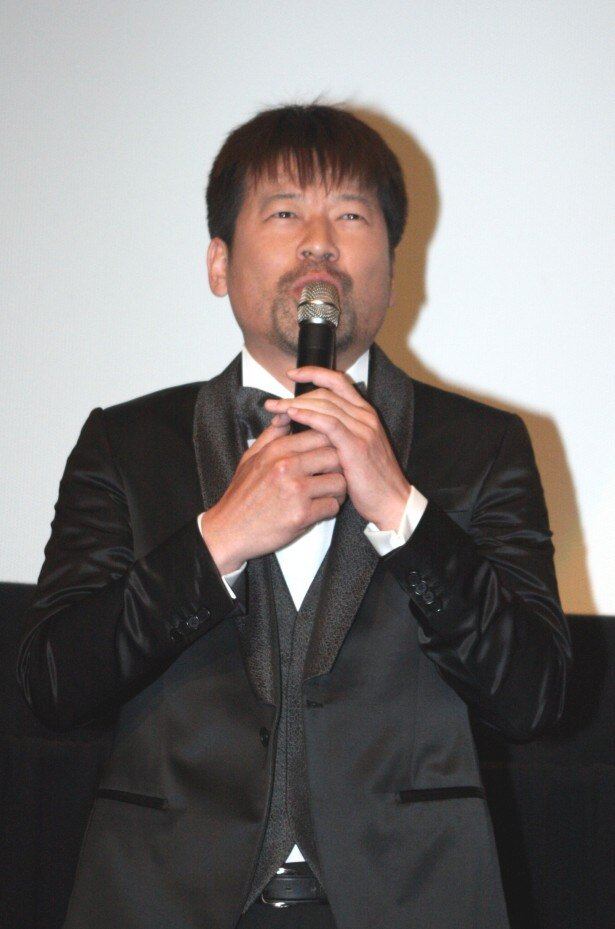 佐藤は、「女子ーズ」を結成したチャールズを熱演