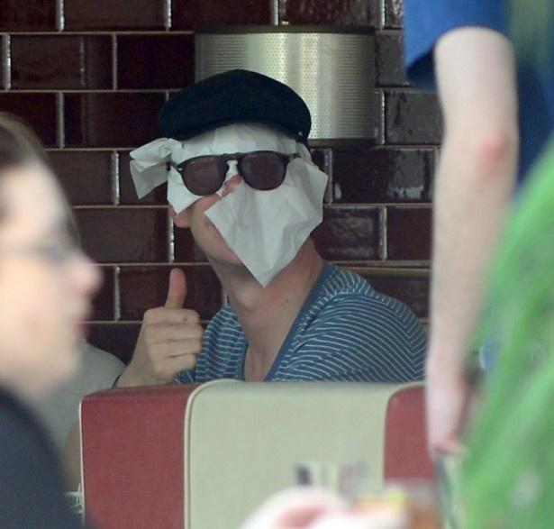 ダコタとのデート中、紙ナプキンで顔を隠したカンバーバッチ