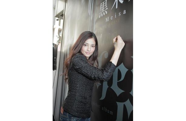 HMV渋谷店入り口にある自分の巨大タペストリー!