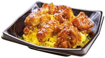 """醤油をベースに唐辛子と和ダシが効いた""""特製てりやきのタレ""""を使用の「鶏から てりやき丼」"""