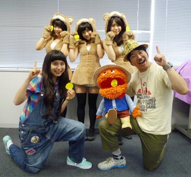 「saku saku」でMCを務めるトミタ栞(写真前列左)、新キャラクター・ポンモップ(CV:カンカン)(前列右)、あゆみくりかまき(後列左からあゆみ、くりか、まき)