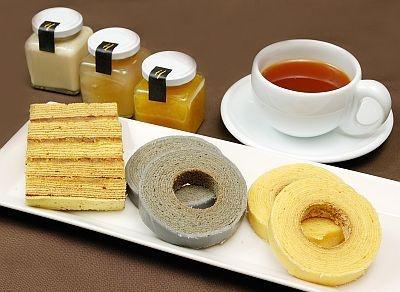 竹炭、コンフィチュールサンド、レア焼きの3種類が味わえる極上バウム スペシャルセット(2400円、4/23から販売)