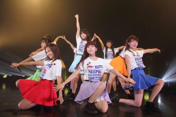 東京・赤坂BLITZでのライブで8月20日(水)発売の新曲「向日葵」を初披露したPASSPO☆