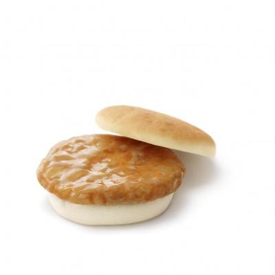 野菜の旨味や甘みが溶け込んだケチャップベースのやさしい味の「米粉もちもちバーガー<ポーク>」