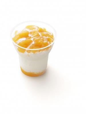 濃厚な果肉入りマンゴーソースをたっぷりとトッピングした「果肉味わう マンゴー氷」