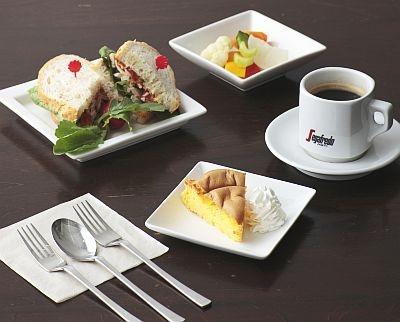 サンドイッチと凹カステラ、ピクルス、コーヒーがつく1000円のランチも登場!