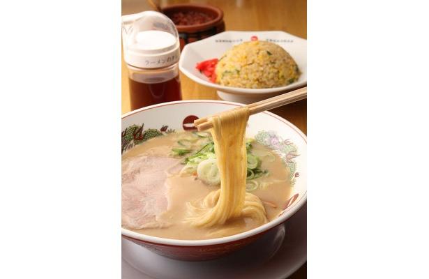 チャーハン定食(940円)。シコシコとした細麺に、超こってりスープが絶妙に絡む。王道のチャーハンを合わせてお腹も大満足!