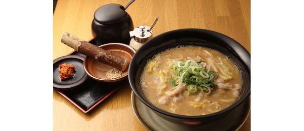 味噌とショウガが効いたスープに、肉味噌や白ゴマを好みでプラスできる「味がさね」(730円)も好評!