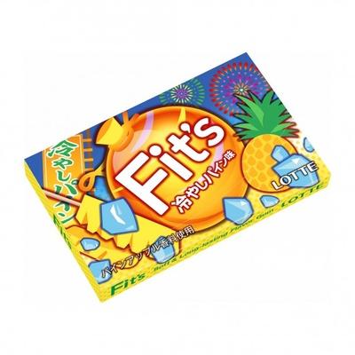 お祭りで見かけるような棒付きパイナップルがパッケージに描かれた「Fit's<冷やしパイン味>」