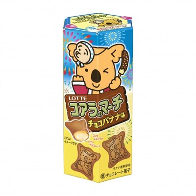 花火をバックに手にはチョコバナナを持ち頭にはひょっとこをつけたコアラがウインクしている「コアラのマーチ<チョコバナナ味>」