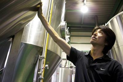 ビール醸造責任者でもある岩本社長と二人三脚でつくるビール