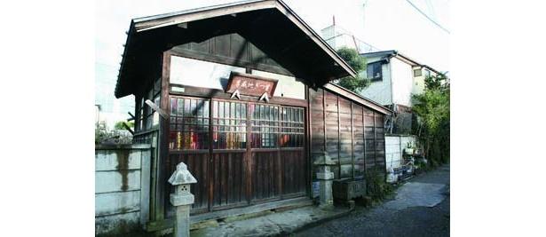 八幡神社の裏手にひっそりと建つ